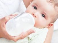 Lợi ích và hạn chế khi cho bé bú sữa công thức